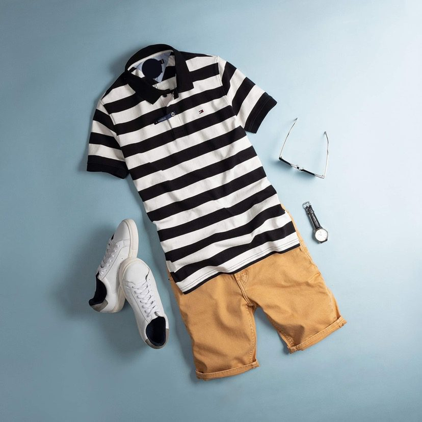 Chiếc quần short với tone nền vàng đi kèm với chiếc áo polo khiến cho set đồ thêm nổi bật và mãn nhãn.