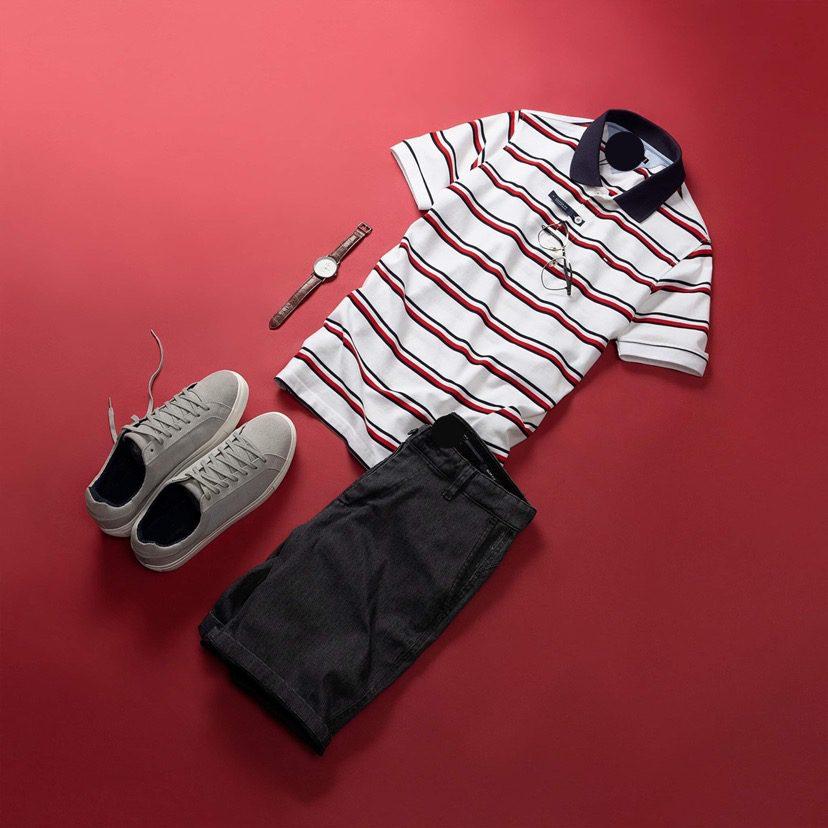 Chiếc áo polo sọc đỏ nền trắng kết hợp cùng một chiếc quần short tối màu đơn giản nhưng cực hút mắt.