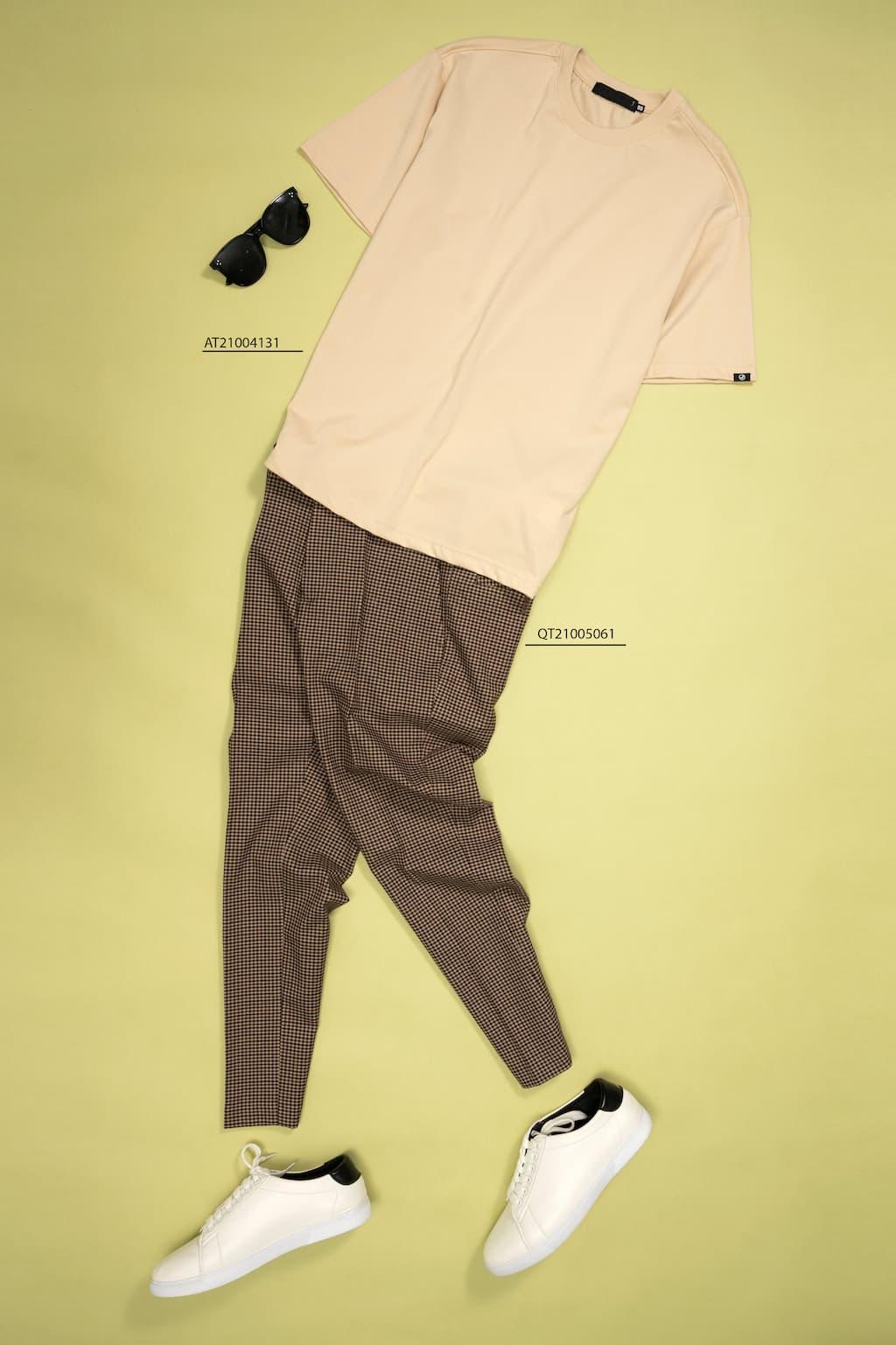 Mix and match áo thun pastel và quần tây sọc plaid